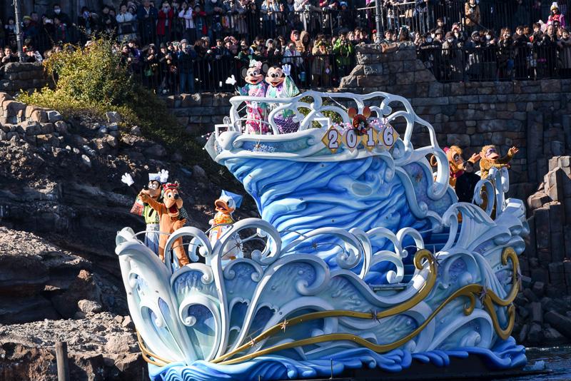 2016年のサイン付きの船に乗りキャラクターたちがゲストに年の初めの挨拶。ミッキーマウスやミニーマウスと共に獅子舞姿のプルートや和装のグーフィー、ドナルドダックも船上に