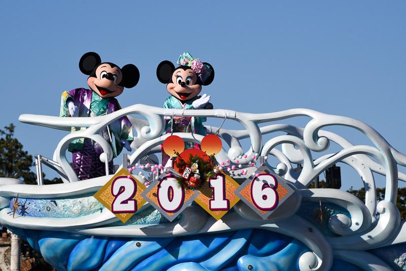 ミッキーマウスが新春の挨拶のあと、手締めを提案。「お手を拝借」と三本締めをリード。メディテレーニアンハーバー内のゲストとキャラクターたち、全員が一体となって新年をお祝いする