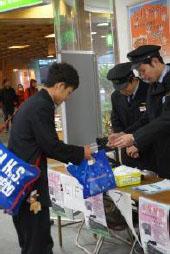 2015年の奈良駅での配布の様子