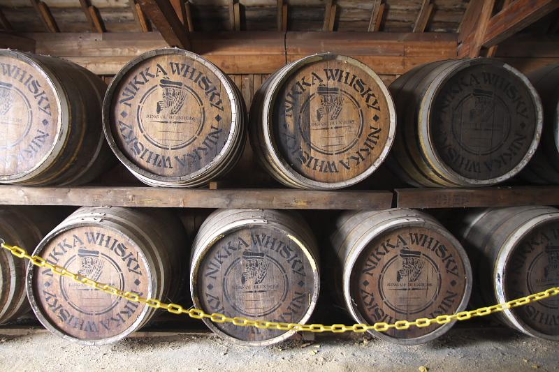 1号貯蔵庫の内部。蒸留したモルト原酒を樽に詰めて長期間熟成させる様子を見学できる。樽材の成分や気温、湿度など様々な条件により個性を持つ琥珀色の液体へと変化する。10年で約3分2、20年で約半分に減り、その減り分はエンジェルシェアと呼ばれ天使が飲んだ分おいしくなると言われる