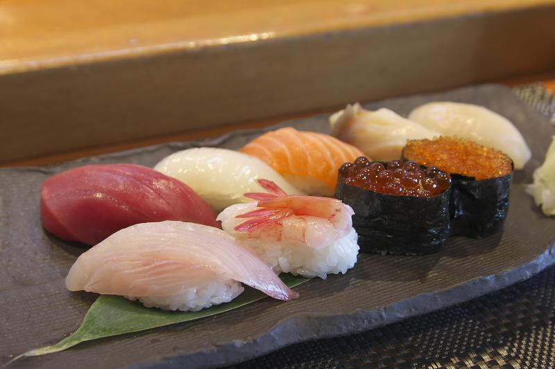恵山(1800円)。地元であがった新鮮なネタが並ぶ。天ぷらやザンギなどの一品料理もオススメ。おいしいお寿司を味わえる