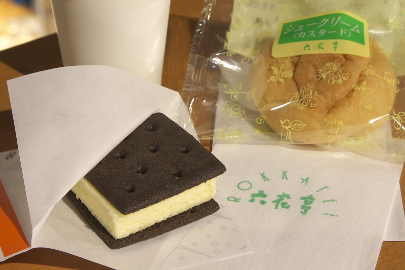 メルヘン交差点近くには、北海道を代表する菓子店、六花亭と北菓楼も店舗を構える。六花亭では店舗限定品の雪こんチーズを味わうことが出来る