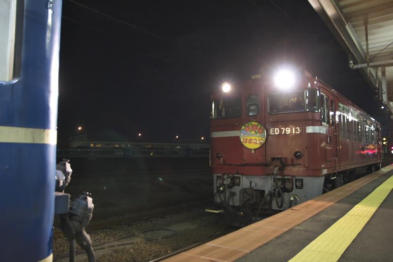 函館駅~青森駅間は青函トンネル用のED79型電気機関車がけん引