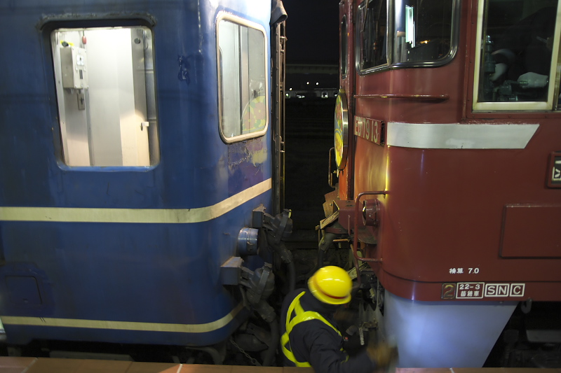 進行方向が変わるため、入線した列車の最後尾にED79を連結