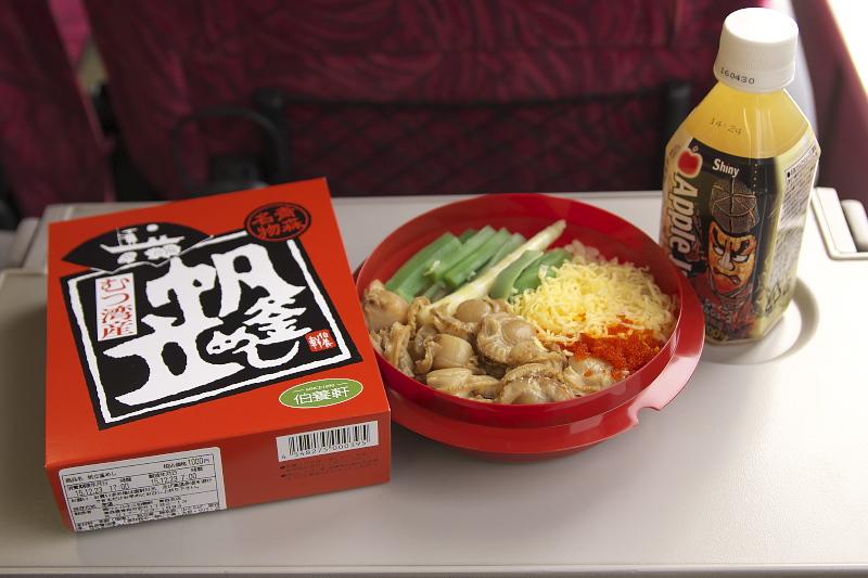 この日の昼食は駅弁を楽しむ。車内販売で青森駅の駅弁「ホタテ釜飯(1000円)」を購入