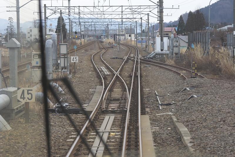 秋田駅~大曲駅の一部区間では、新幹線と在来線で線路の幅が異なるため、3本のレールが敷かれている