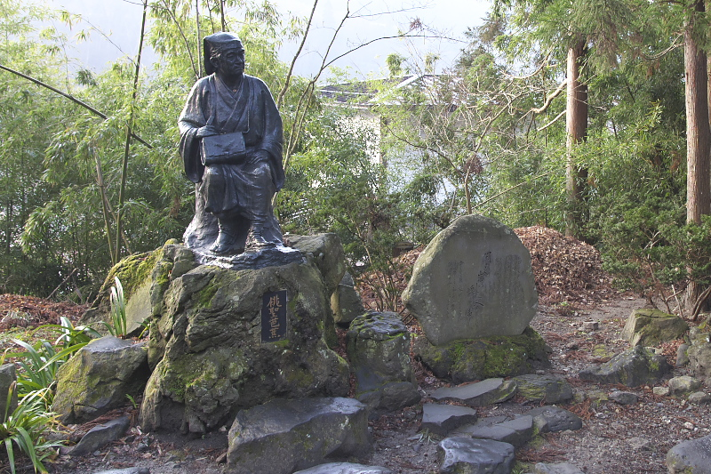 山門の手前にある松尾芭蕉の銅像と石碑