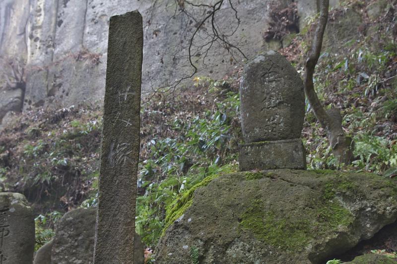 山門からせみ塚まではおよそ15分ほど。参道の中腹あたりにある
