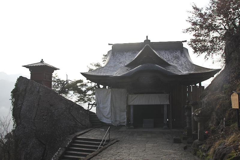 正面の大きなお堂は開山堂。左の岩の上に建つのは納経堂