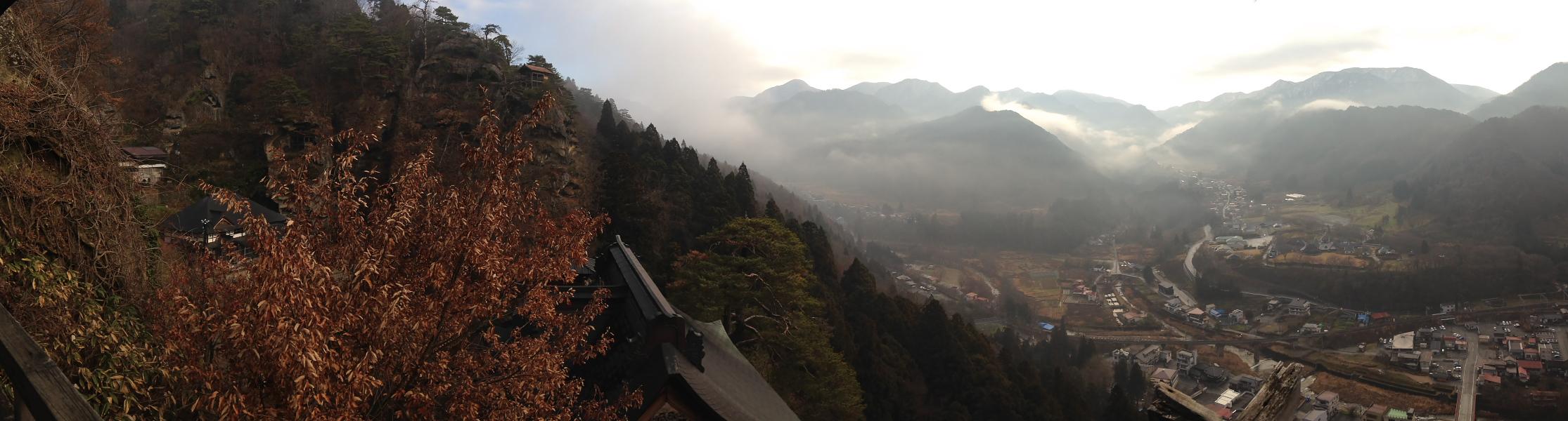 五大堂からの眺めのパノラマ写真。右の岩の上には赤い屋根の釈迦堂も見える(釈迦堂は参拝客は立ち入り禁止)