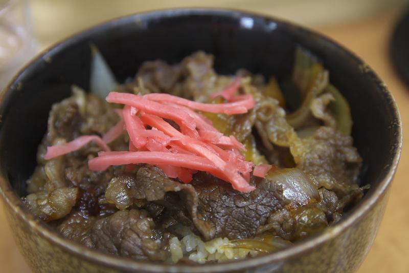 米沢駅なかにある立ち食いそば処「鷹」の牛丼は、山形県産牛肉を使ったこだわりの一品。時間が無いときはこちらもオススメ。写真はミニ牛丼
