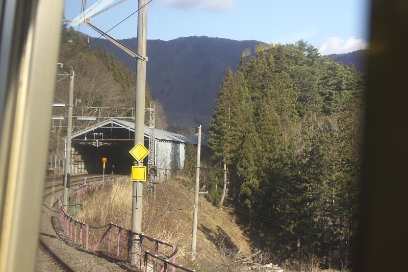 山間部を縫うように走る奥羽本線。駅はスノーシェルターで覆われている