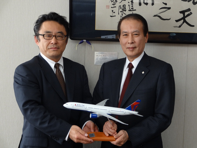 早稲田大学の鎌田薫総長と、デルタ航空の日本支社長・森本氏