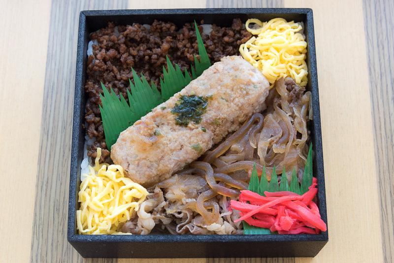 牛肉三昧弁当は、ご飯のうえに牛肉と鶏肉で作られた「つくね」と、牛肉とタマネギ、コンニャクの牛肉煮、牛肉そぼろと3種類の米沢牛の料理が味わえる駅弁です