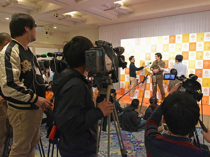 多くの報道陣、取材クルーに囲まれる藤岡弘、さん