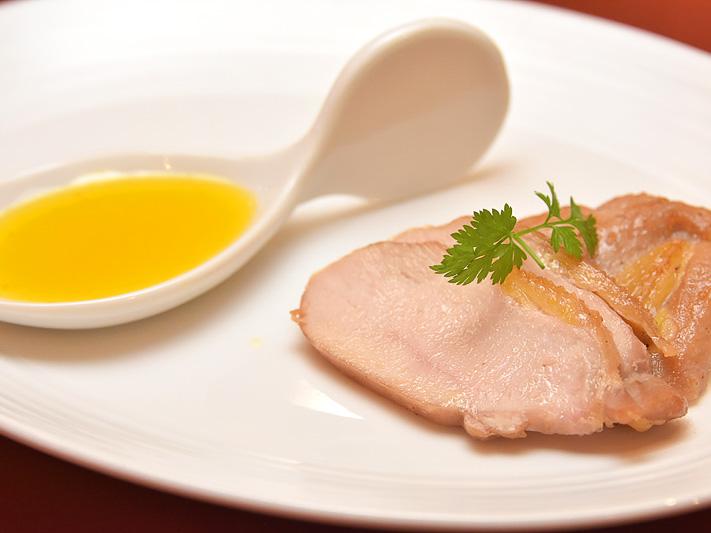 熟成され、うま味が凝縮された「きじ肉」は、みかんを絞ったソースに付けて