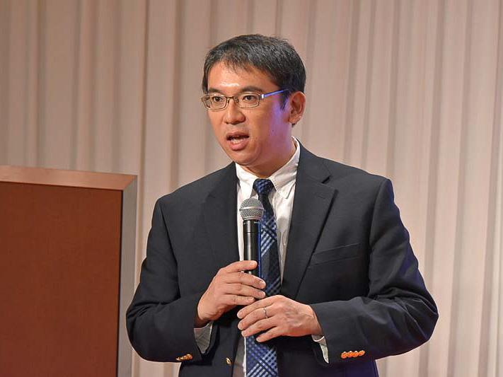 えひめ南予通信大学について説明する、いよココロザシ大学 学長・理事長の泉谷昇氏