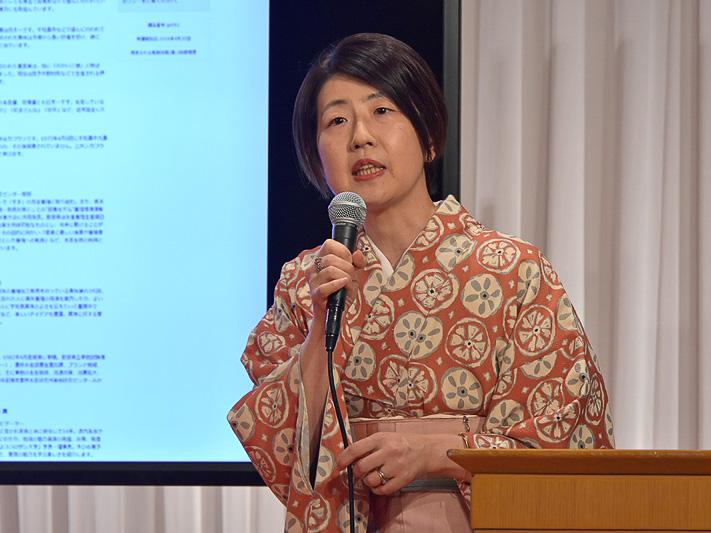 えひめ南予通信大学の仕組みや講座について説明する株式会社ドコモgaccoの伊能美和子氏