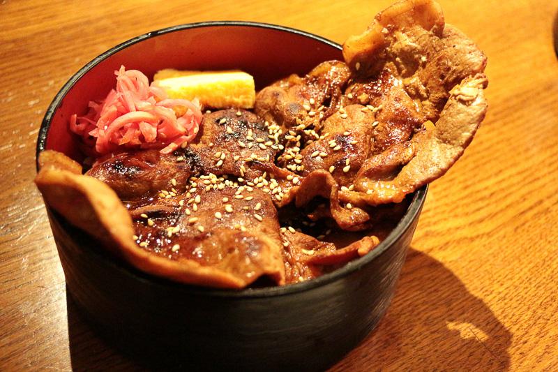 「ウルトラ大きい」北海道バル海の肉が倍増されはみ出た豚丼 「ウルトラ豚丼」は1100円
