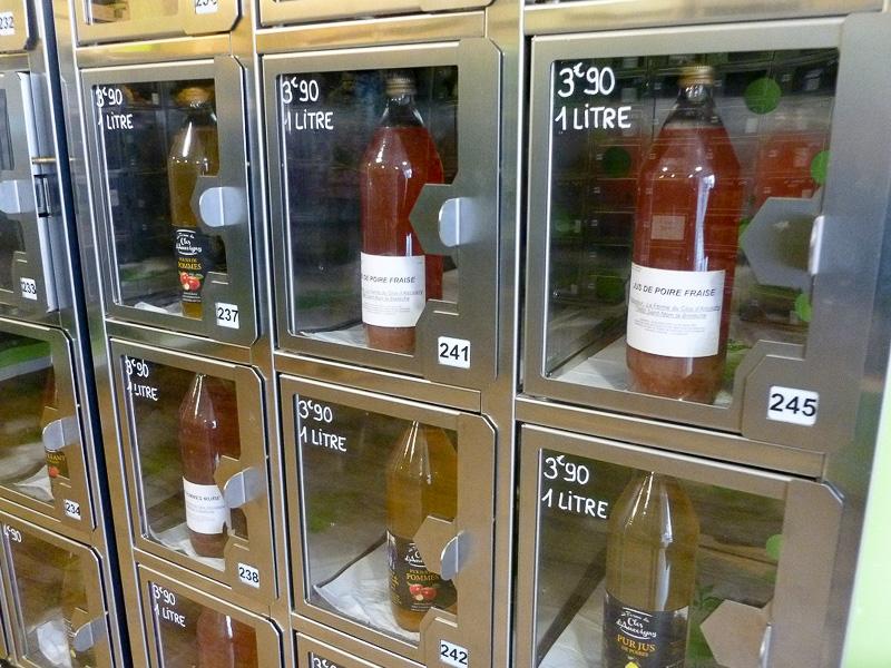 お店の中はこのようになっています。欲しいものが決まったら、お店の奥にある機械に番号を打ち込んで清算をすると、該当する扉が開きます