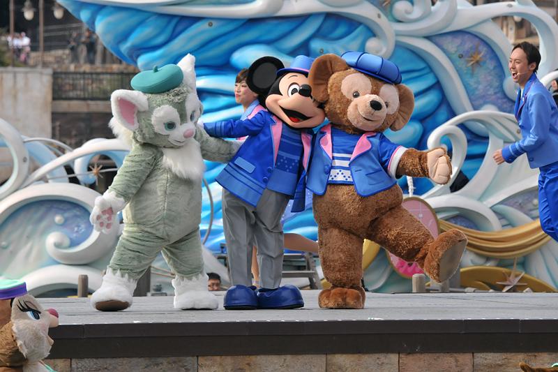 船から下りてきたミッキーとダッフィーはジェラトーニとの再会を喜ぶ