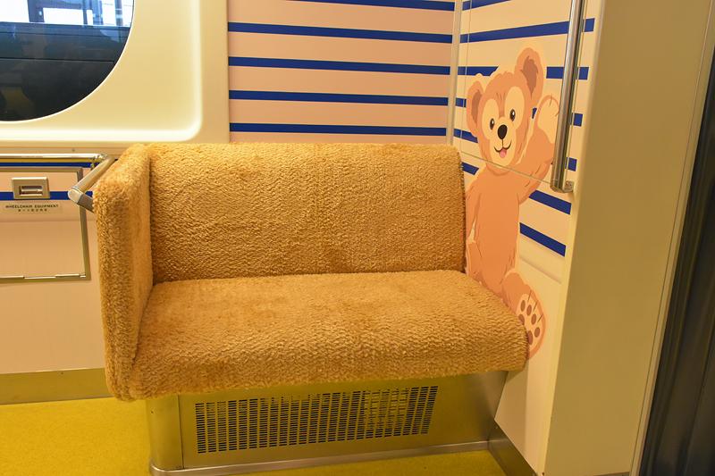 座席と吊革はぬいぐるみのふわふわな生地でラッピングされている