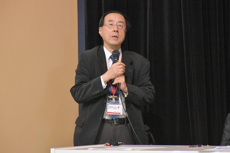 開会の挨拶をする観光コミュニティ学部長の小川功氏
