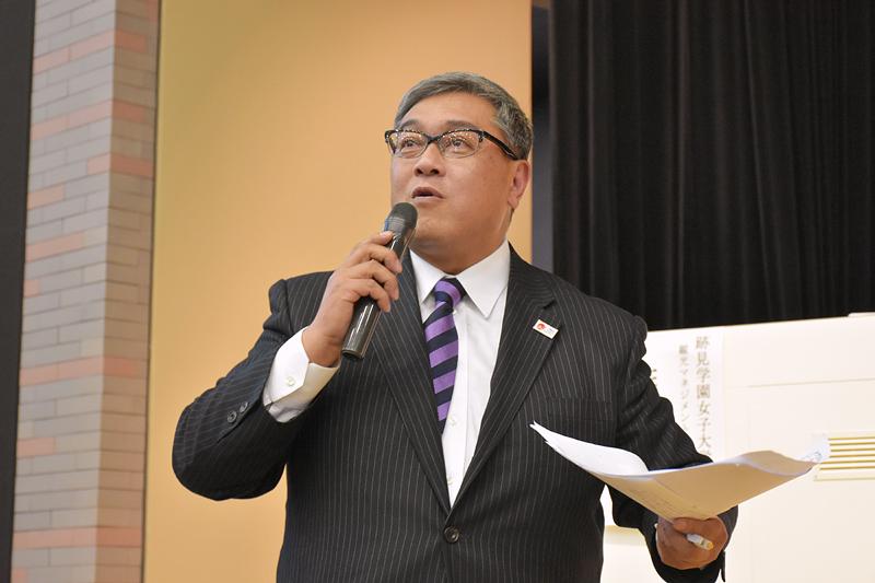 第2部の司会進行をする、観光コミュニティ学部の篠原靖准教授