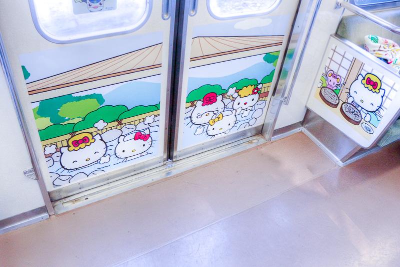 車内の乗降扉と座席側面のラッピング(C)1976-2016 SANRIO CO., LTD.