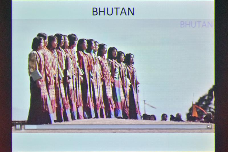 ブータンの伝統行事、祭、寺院などを巡る観光プロモーションビデオが上映された