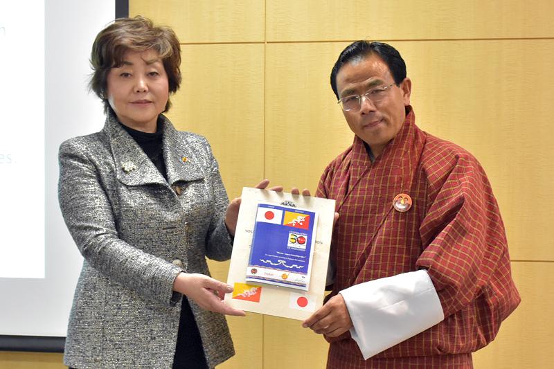 ノルブ・ワンチュク氏から在東京ブータン王国名誉総領事館の徳田ひとみさんに感謝の気持ちが贈られた