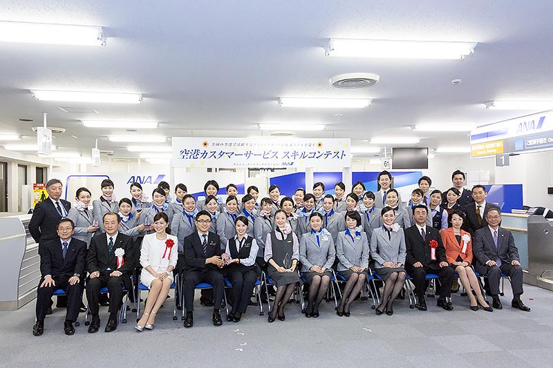 「空港カスタマーサービススキルコンテスト」の参加者と審査員
