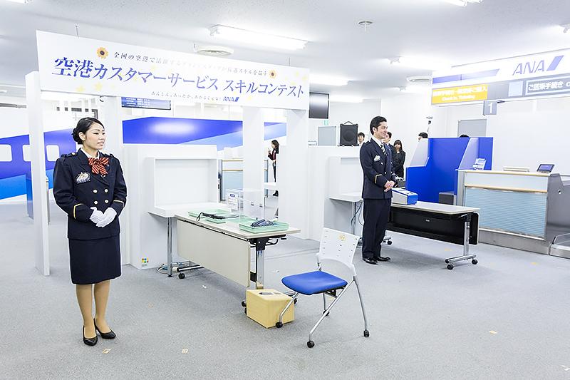 SPECIAに特設の手荷物検査場が設けられた。審査の都合上、右側から入って左側から出てくるようになっている