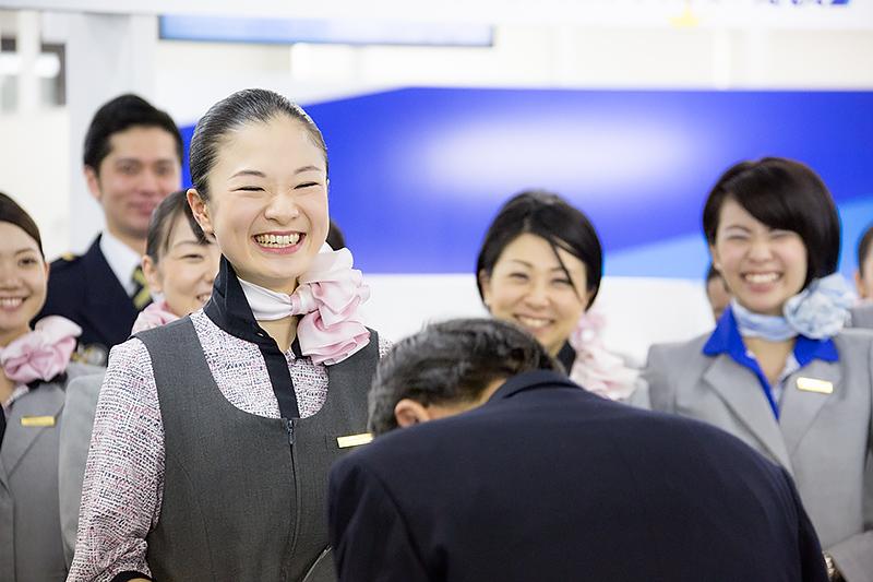 グランプリの長田さんがモテしぐさの挨拶を代表取締役社長 篠辺修氏に披露。思わずテレてしまい俯く篠辺氏