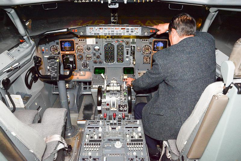 シミュレータの操縦室。金属質のひんやりとした感覚がリアルだった