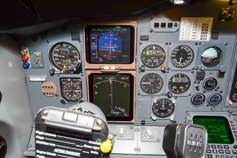 操縦席の正面にある姿勢指示計が飛行中の操縦の要。周囲に高度計やなにやら並んでいるが操縦している最中に見ている余裕はなかった