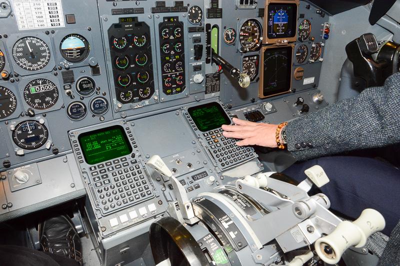 機長席と副操縦士席の間にあるフライトマネージメントシステムへの入力装置。このあたりはすべて元機長の入力に頼った