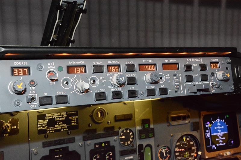 オートパイロットの操作パネル。オートパイロットを有効にすると速度や方向、高度など、つまみを回すだけで指示したとおりに飛行機が動く
