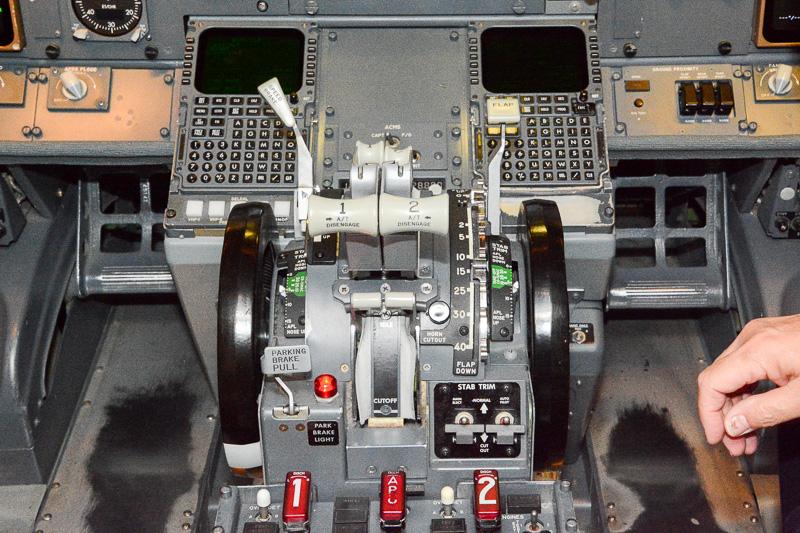 スラストレバー。ボーイング 737-400型機はエンジンが2個なので、スラストレバーも2個。左右にはフラップやスピードブレーキのレバーがあるが、このあたりの操作も元機長に頼り切った