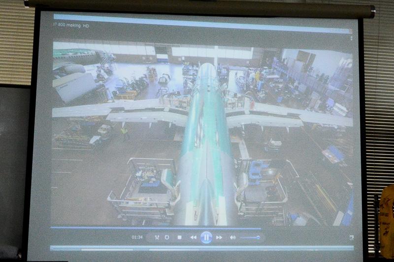 動画やスライドを使って、現役機長により飛行機に関するさまざまな豆知識が披露される