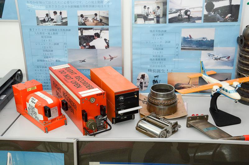 この航空教室が行なわれる部屋は、新旧のモデルプレーンから、YS-11で使っていたフライトボイスレコーダー/データレコーダーなど、レアな部品が展示されている