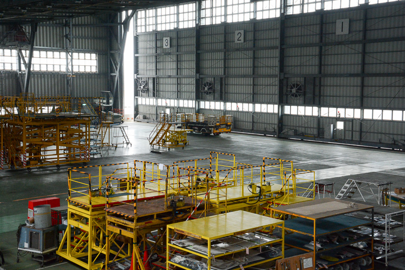 JTAの格納庫。さまざまな工具やパーツが置かれていて興味を引かれる。向かいは那覇空港の国内線旅客ターミナルだ