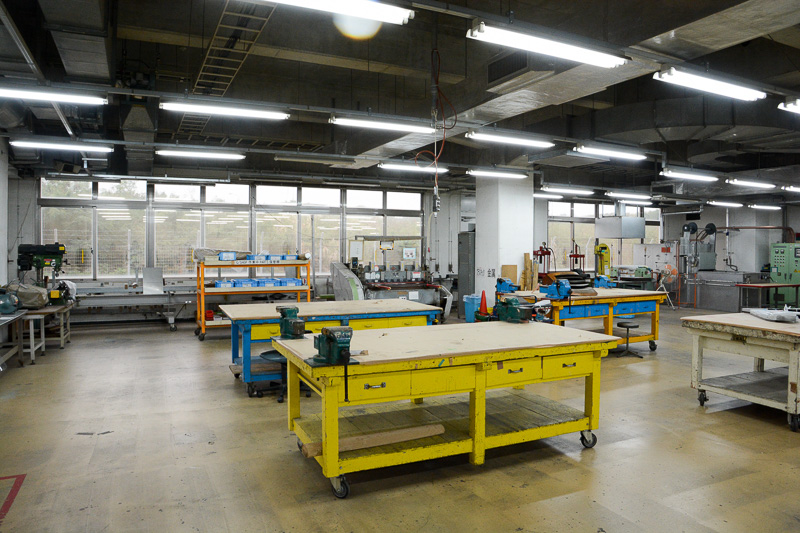 機体の外装パーツを板金で製造するという作業場