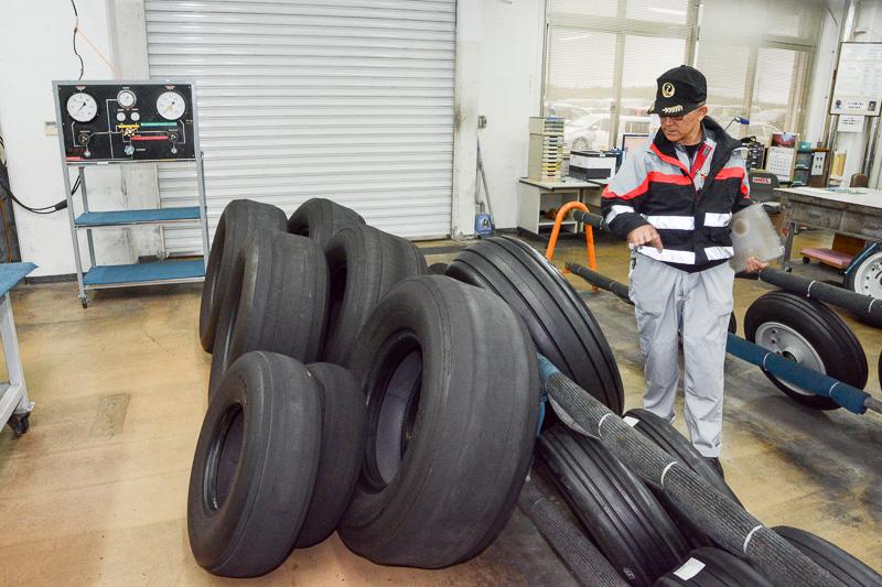 リトレッド前後のタイヤが置かれた倉庫。航空機のタイヤは、ある程度の回数は接地面(トレッド)を張り替えて利用。タイヤには何度張り替えたかを「R-1」といった記載で記されている