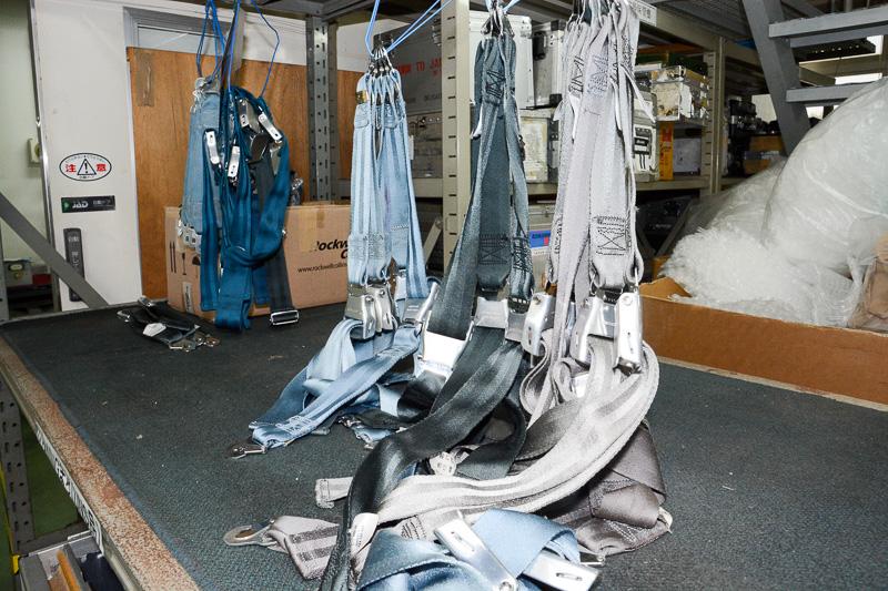 無造作に吊るされたシートベルト。修繕済みのものだ