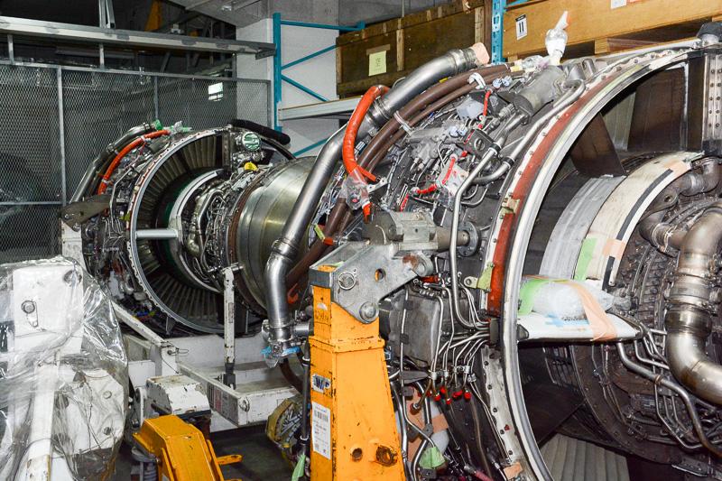 メンテナンスから戻ってきたエンジンの保管庫。無理にズームインしているわけではなく実際に近い。この距離で裸のエンジンを見られることには、感動よりも驚きの方が大きかった
