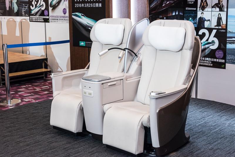 グランクラスのシート。電動リクライニングなどを搭載