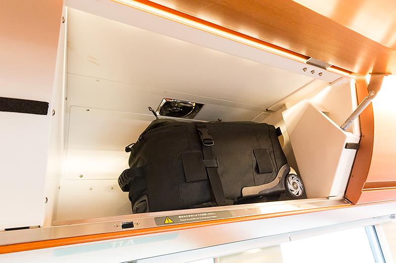 航空機のような荷物入れはかなりの容量
