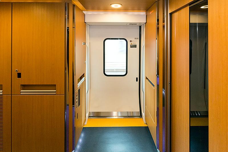デッキから海側山側ドアを見る。ここには収納式のシートが用意されている