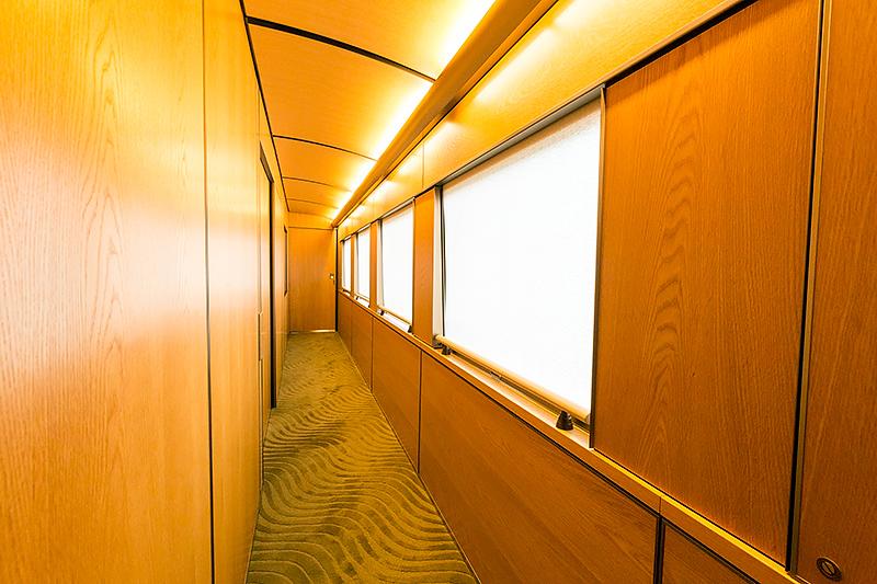 3号車には個室がある(写真の左側)。カーペットもここだけ厚みのある素材